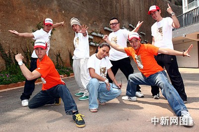 由成龙和王力宏主演的影片《大兵小将》同名主题曲由成龙弟子新七小福组合演唱