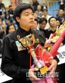 图文:丁俊晖夺冠捧得奖杯 丁俊晖在看什么