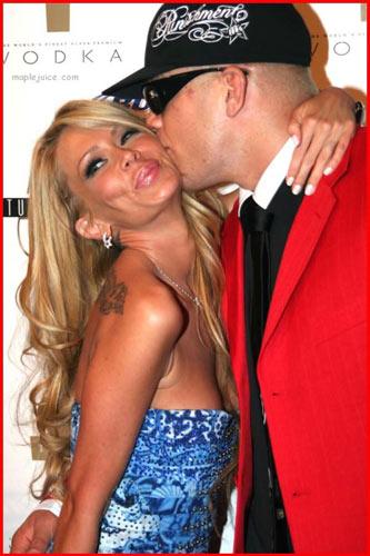 图文:超级碗色情门主角写真 与男友浓情热吻