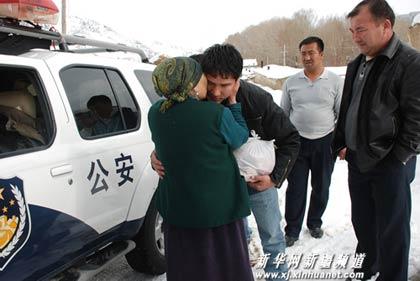 巴叶尔妈妈苏库把提与收留的蒙古国儿子告别。
