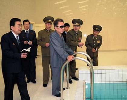 这张朝鲜中央通讯社3月20日提供的照片显示,朝鲜最高领导人金正日(中)在平壤金日成综合大学新建成的游泳馆视察。新华社/朝中社
