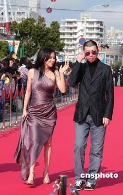 冯小刚与徐若瑄走上红毯