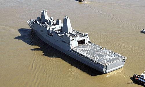 """这张美国海军提供的照片显示的是2007年3月5日,美国海军两栖船坞运输舰""""新奥尔良""""号在密西西比河上航行。图片来源:新华网"""