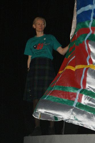 斯文顿扬旗面向观众