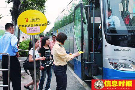 客村站外的公交车接驳点。信息时报记者 任传富 摄