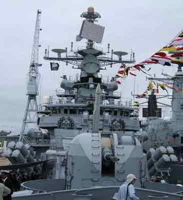 资料图:印度海军德里级孟买号导弹驱逐舰装备