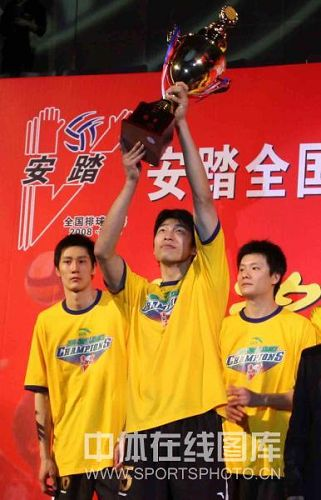 图文:男排联赛总决赛第三场 上海队长举起奖杯