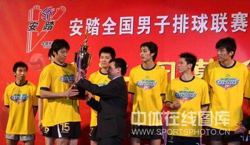 图文:男排联赛总决赛第三场 上海队领取奖杯