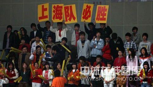 图文:男排联赛总决赛第三场 热情的上海球迷