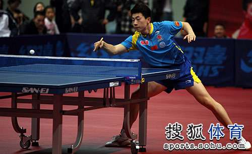 图文:马龙横扫获世乒赛资格 马龙准备反手回球