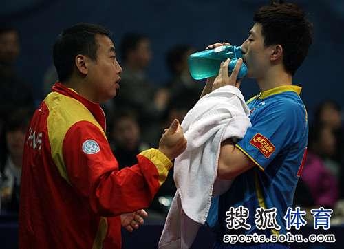 图文:马龙横扫获世乒赛资格 刘国梁指导马龙