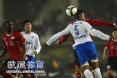 图文:[中超]河南2-1广州 猛龙头球争顶