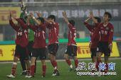 图文:[中超]河南2-1广州 球员答谢球迷