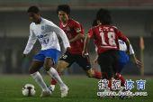 图文:[中超]河南2-1广州 背身护球