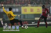 图文:[中超]河南2-1广州 奥贝攻门瞬间