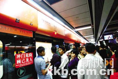 昨日,地铁三号线恢复正常,在大石站,乘客有序上下车。