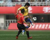 图文:[中超]陕西VS成都 张远单脚控球