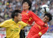 图文:[中超]陕西2-0成都 忻峰与对手争顶