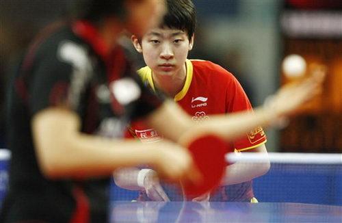 图文:乒乓球德国赛第三日 李晓丹准备接发球