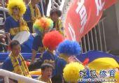 图文:[中超]陕西2-0成都 球迷装扮可爱