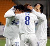 图文:[中超]天津4-1大连 拥抱庆祝大胜
