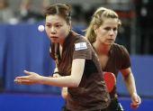 图文:乒乓球德国赛女双决赛 吴佳多发球
