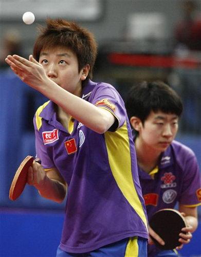 图文:乒乓球德国赛女双决赛 中国小将木子发球