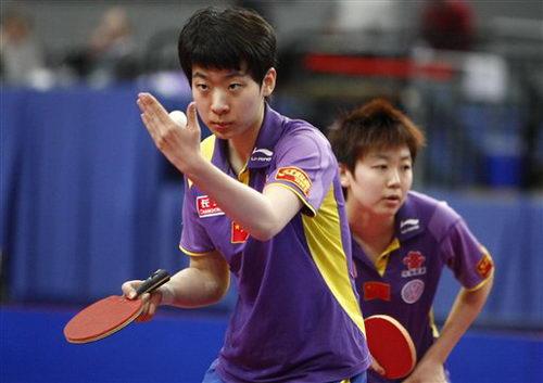 图文:乒乓球德国赛女双决赛 中国李晓丹发球