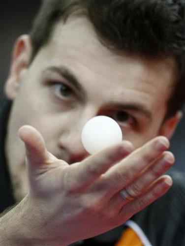 图文:乒乓球德国赛男单决赛 波尔紧盯乒乓球