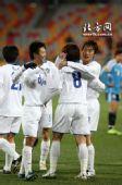 图文:[中超]天津4-1大连 拥抱庆祝开门红