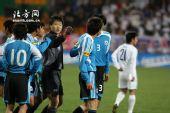 图文:[中超]天津4-1大连 裁判出手