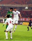 图文:[中超]杭州2-1青岛 力压对手头球攻门