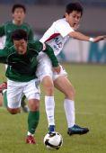 图文:[中超]杭州2-1青岛 马成与对手拼抢
