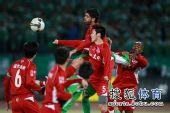图文:[中超]北京3-1重庆 禁区一片混战
