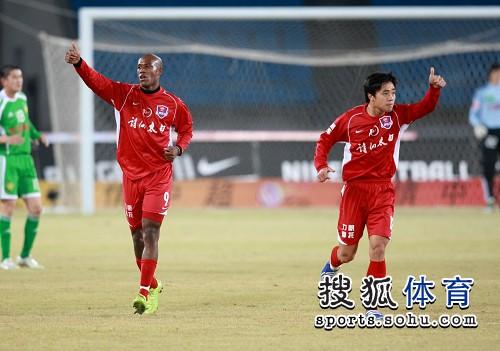 图文:[中超]北京3-1重庆 金尼竖大拇指庆祝