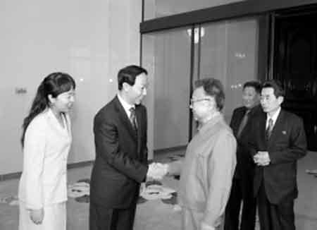 今年1月,金正日(右)会见王家瑞时的照片。