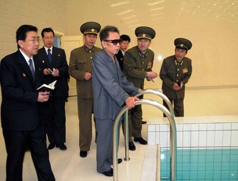朝媒本月20日公布的金正日(左四)视察游泳馆的照片。