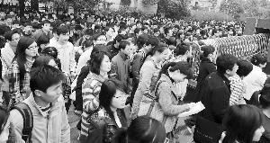 考生们如潮水般涌进考场快报记者 赵杰 摄