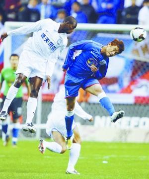 江苏舜天队球员卡洛斯(左)与上海申花队球员陈涛争顶。 新华社