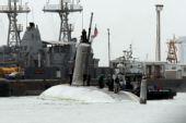 组图:美相撞核潜艇和军舰驶入巴林港检修