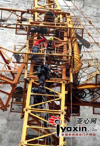 新疆在建办公楼塔吊顶部坍塌