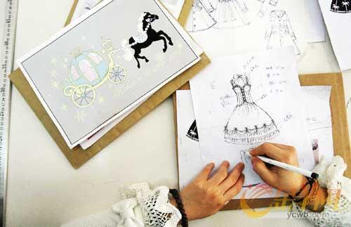 姚瑶和她手绘的洛丽塔衣服外观,这是一件衣服成型的第一步