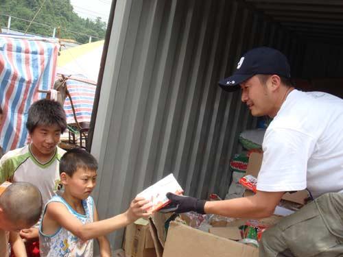 图:梦舟成员活跃在抗灾第一线发放救灾物资