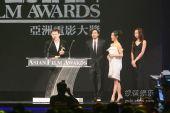 图:第三届亚洲电影大奖 冯德伦张静初颁奖