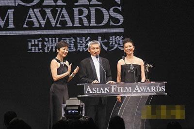 """徐克及施南生的""""电影工作室有限公司""""得到杰出贡献奖,并由好友林青霞颁奖。"""