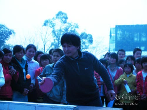 """""""亚洲车神""""陈双全与学生打乒乓球"""
