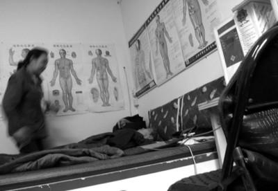 一名老人在床垫上接受治疗 晨报记者 杨 眉 现场图片