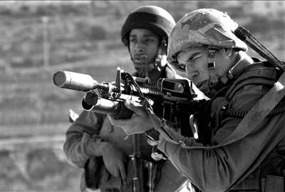 以军士兵对加沙地带巴勒斯坦平民发射催泪弹。CFP供图