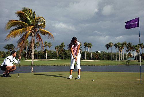 图文:纳达尔伊万玩转高尔夫 伊万姿势很标准