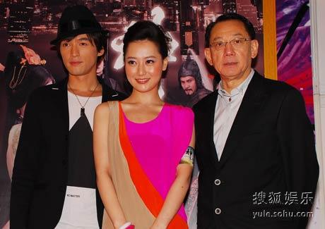 胡歌、白冰确定出演《神话》。图为两人与杨受成合影。